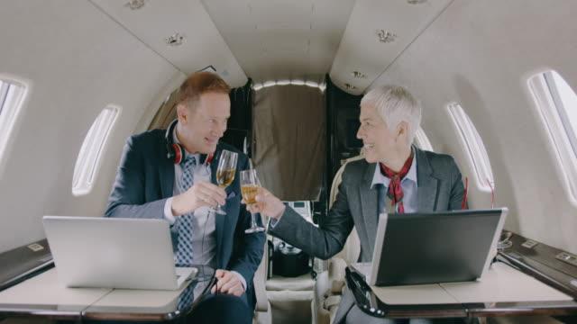 プライベート ジェット機航空機ビジネス カップル - ワイン点の映像素材/bロール