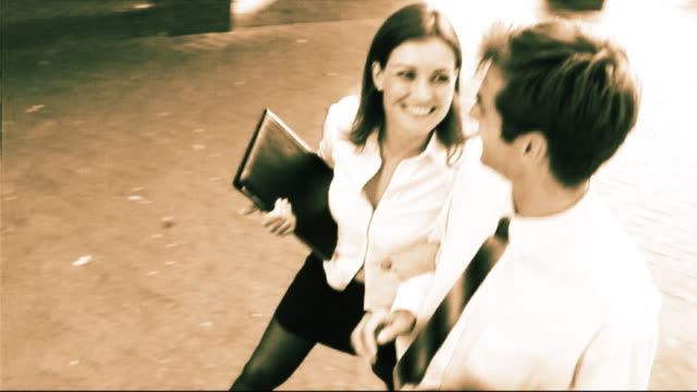 stockvideo's en b-roll-footage met business couple walking together - mid volwassen koppel