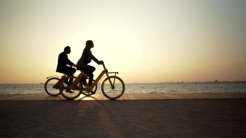 stockvideo's en b-roll-footage met zakelijke medewerkers fietsen naar het werk - cycling