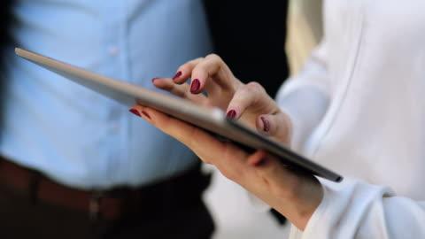 vidéos et rushes de réunion d'affaires collègues à l'extérieur - vendeur