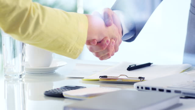 business deal - abmachung stock-videos und b-roll-filmmaterial