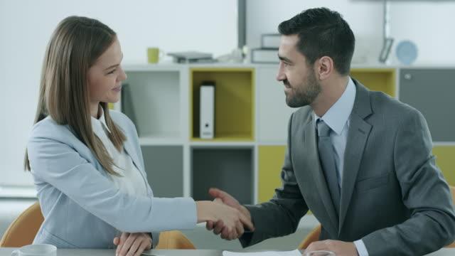 business deal  - vertrag stock-videos und b-roll-filmmaterial