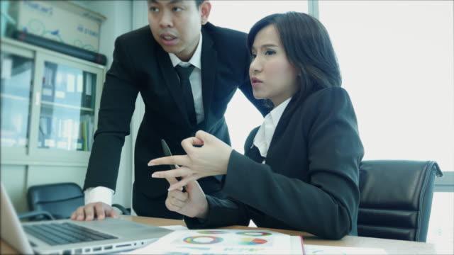 business diskussion und präsentation - formelle geschäftskleidung stock-videos und b-roll-filmmaterial