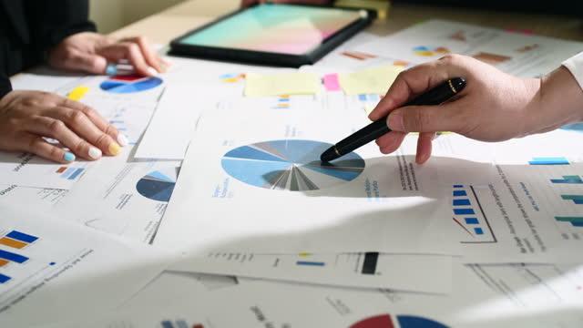 discussione commerciale puntamento su grafico e grafico per la revisione del progetto - analysing video stock e b–roll