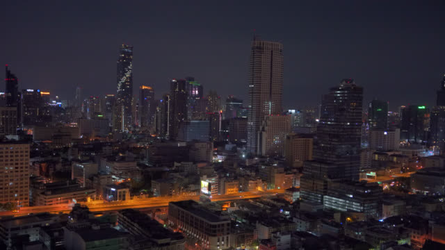 geschäftsviertel in bangkok stadt bei nacht - bangkok stock-videos und b-roll-filmmaterial