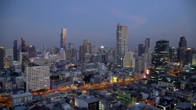 geschäftsviertel in bangkok stadt in der dämmerung - bangkok stock-videos und b-roll-filmmaterial