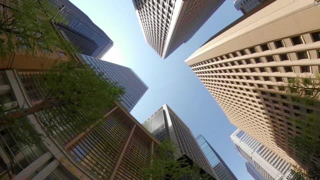ビジネス地区の超高層ビル - 空を見上げる - 店頭点の映像素材/bロール