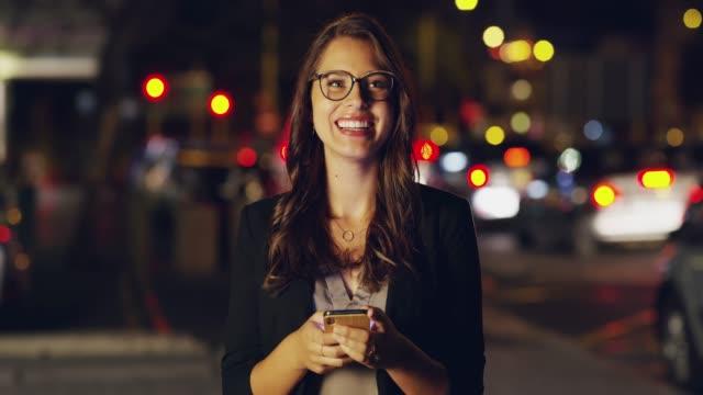 vídeos y material grabado en eventos de stock de el negocio no sólo sucede en la oficina - mujer bella