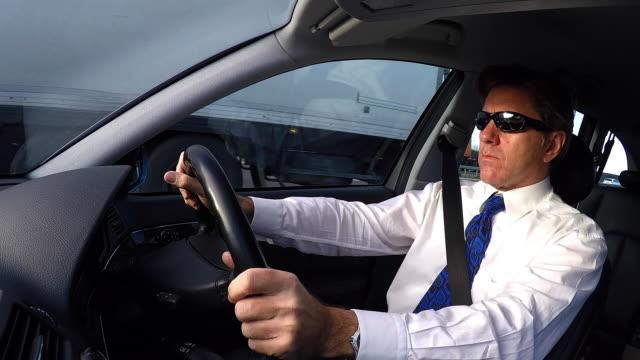 vídeos de stock e filmes b-roll de business driving - camisa e gravata