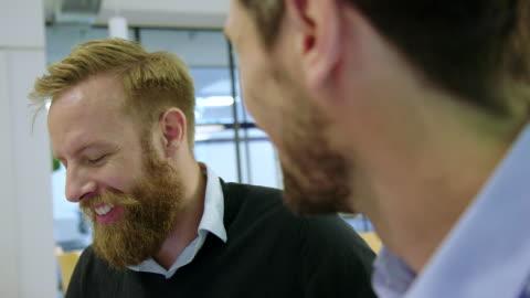 vidéos et rushes de chef d'entreprise obtenant l'appréciation de son gestionnaire - montrer la voie