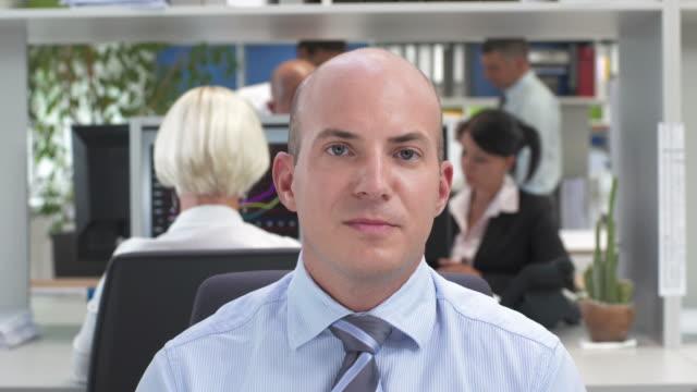 vídeos de stock, filmes e b-roll de hd: executivo de negócios com videoconferência - câmera de conferência