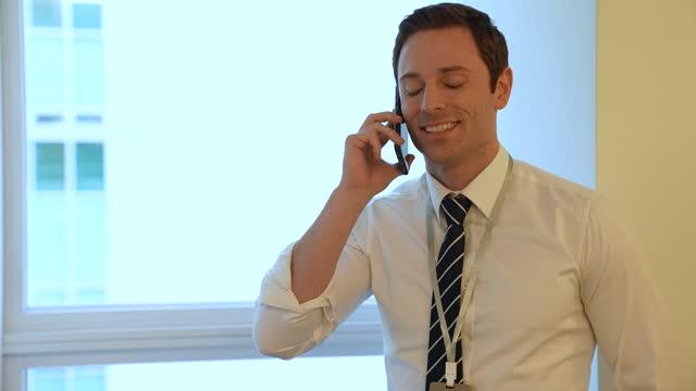 stockvideo's en b-roll-footage met business - foreign buyer businessman talking on phone - brown hair