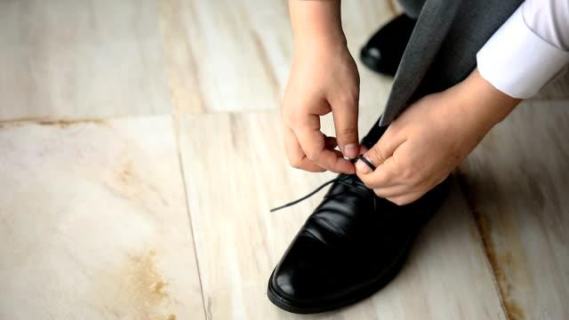 vidéos et rushes de entreprise se prépare pour une séance, le groom se prépare pour un mariage. - smoking
