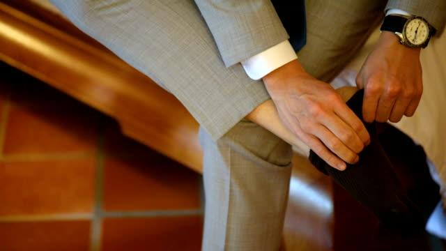 stockvideo's en b-roll-footage met bedrijf zich klaar voor een vergadering, bruidegom zich klaar voor een bruiloft. - manchet mouw