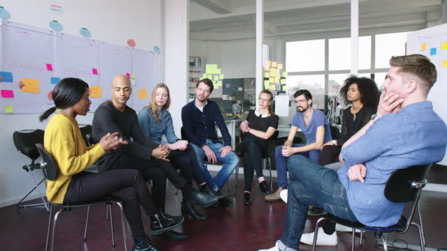 stockvideo's en b-roll-footage met business group met een brainstormsessie - multi ethnic group