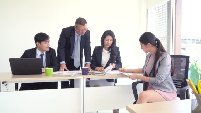 De bijeenkomst van de groep van het bedrijf in een startup team, mensen bespreken met collega's aan tafel