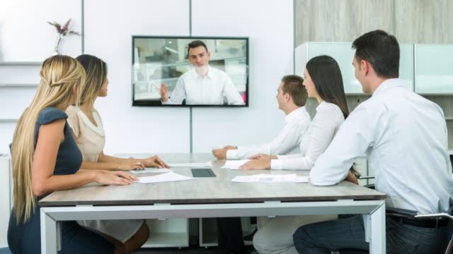 Unternehmensgruppe auf eine video-Konferenz im Büro