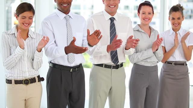 vidéos et rushes de business group standing in a line - chemise et cravate