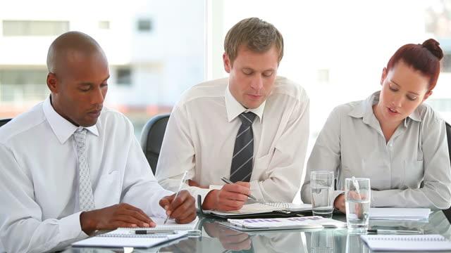 stockvideo's en b-roll-footage met business group taking notes together - overhemd en stropdas
