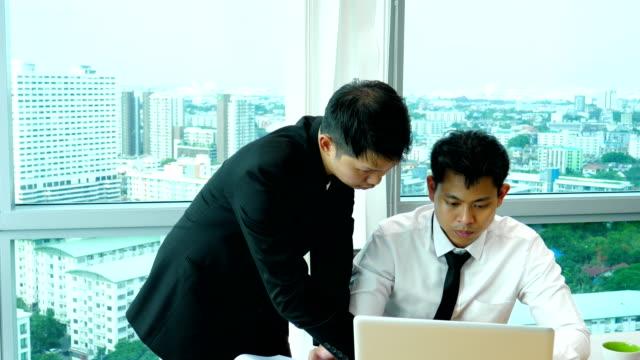 Unternehmensgruppe mit Latptop für eine Diskussion in einem Besprechungsraum