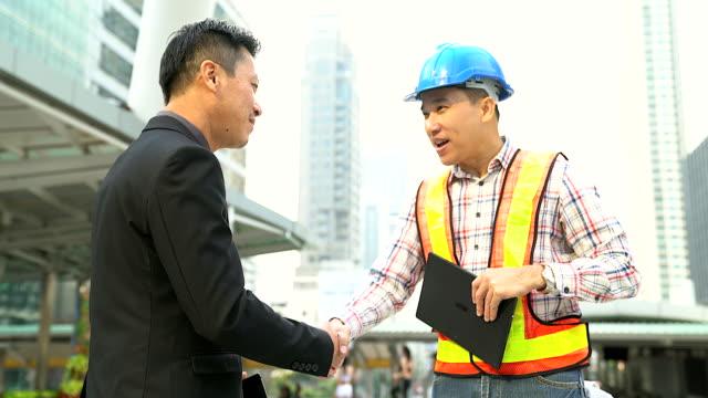 Zakelijke handdruk van de twee mannen aan te tonen hun overeenkomst te ondertekenen overeenkomst of contract tussen hun bedrijven / bedrijven / ondernemingen.