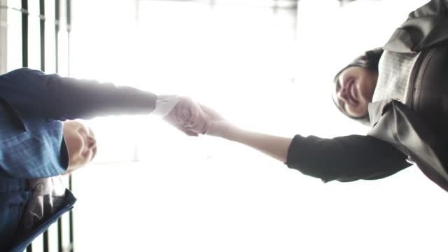 vidéos et rushes de poignée de main d'affaires - expertise