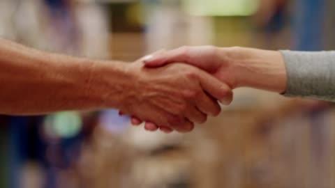 business handshake - abmachung stock-videos und b-roll-filmmaterial