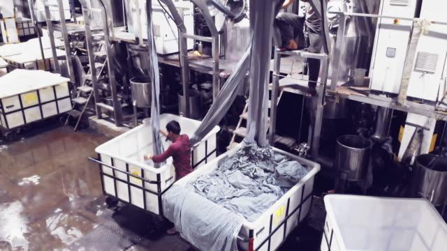 affari in india - operai che lavorano in una fabbrica tessile - business finance and industry video stock e b–roll
