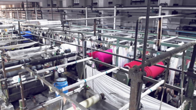 business in india - textile dyeing section of a textile factory - tintura video stock e b–roll