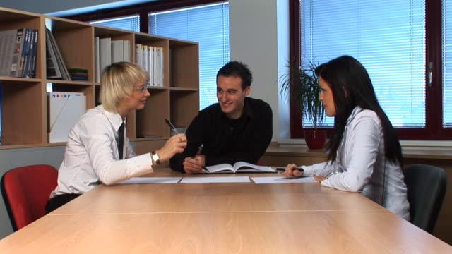 vídeos y material grabado en eventos de stock de hd: entrevista de negocios - compromiso de los empleados