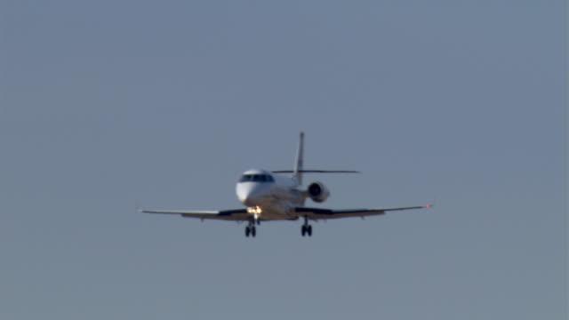 vidéos et rushes de business jet descending, close shot - avion privé d'entreprise