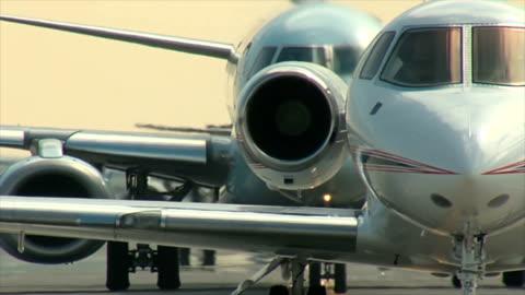 vidéos et rushes de jet avion d'affaires de taxi suivants : - pilote