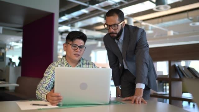 business leader hilft geschäftsleuten bei der arbeit - employee engagement stock-videos und b-roll-filmmaterial
