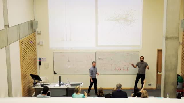 vídeos de stock, filmes e b-roll de negócios palestra no seminário - sala de conferência