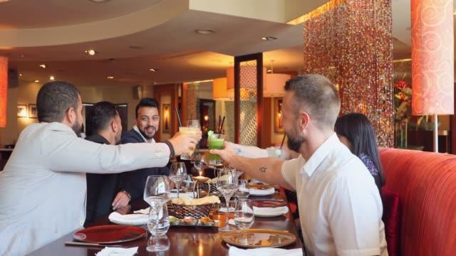 vídeos de stock, filmes e b-roll de almoço de negócio com um grupo de colegas após uma reunião bem sucedida - jantar
