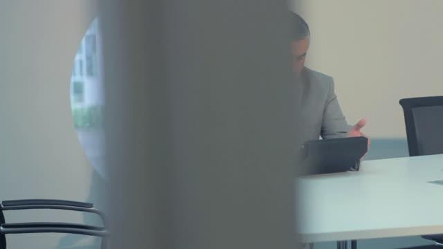 vídeos de stock e filmes b-roll de negócios do sexo masculino e feminino reunião na sala de conferência - camisa e gravata