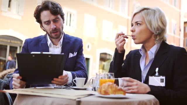 vidéos et rushes de homme d'affaires et femme au bar - faire une pause