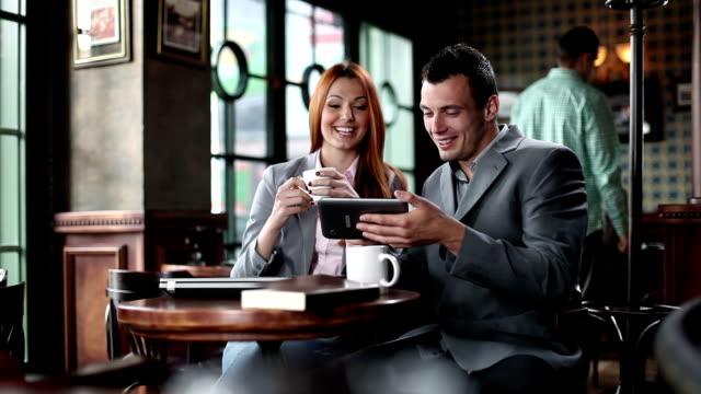 Business-Mann und Frau im Café mit digitalen tablet.