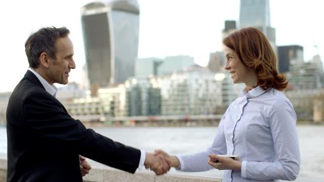 vídeos de stock e filmes b-roll de ms business man and woman meet and greet each other - vestuário de trabalho formal