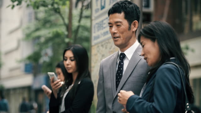 stockvideo's en b-roll-footage met business man and woman talking in street - overhemd en stropdas