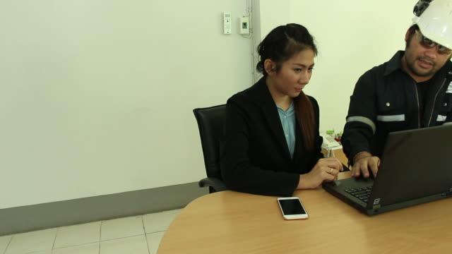 vídeos y material grabado en eventos de stock de hombre y mujer de negocios trabajando en la oficina - libro mayor