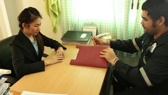 uomo d'affari e la donna al lavoro in ufficio - corso di economia domestica video stock e b–roll