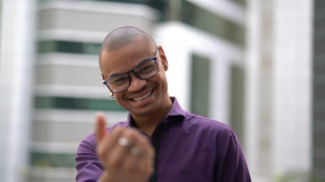 vidéos et rushes de homme d'affaires montrant du doigt - notions d'invitation - recrue