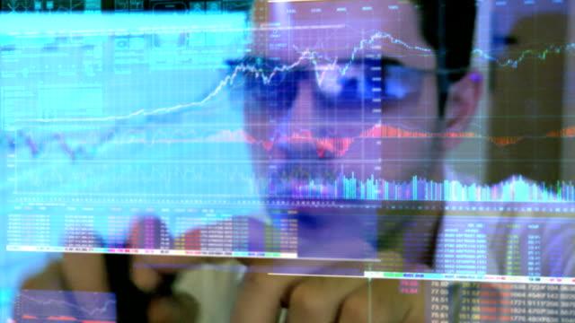 Business-Mann, die Diagramme und Grafiken.
