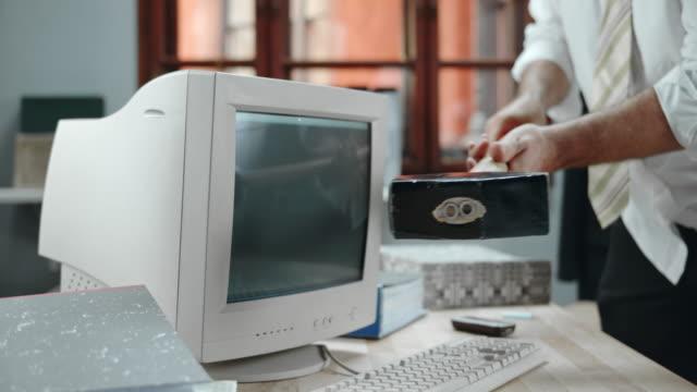 SLO MO Business Mann Zerstörung von computer-Bildschirm mit einem hammer