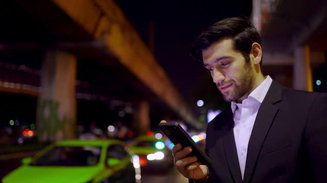 vídeos de stock e filmes b-roll de business man hailing taxi - fato
