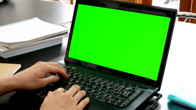 business mann hand mit laptop-computer mit greenscreen für chroma-key im büro - über die schulter stock-videos und b-roll-filmmaterial