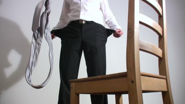 vídeos de stock e filmes b-roll de homem de negócios andar si mesmo - suicídio