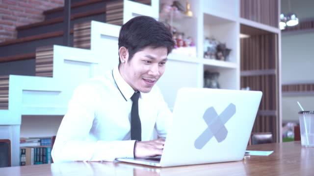 stockvideo's en b-roll-footage met de zakenman is gelukkig op zoek laptop. - mar