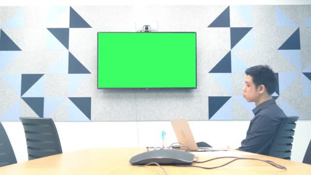 Geschäftsmann mit Videokonferenz mit Greenscreen